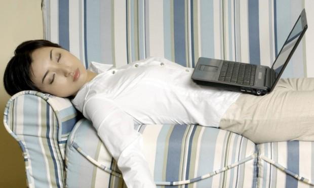 mulher dormindo com laptop no colo