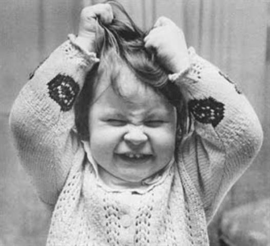 menina puxando cabelo