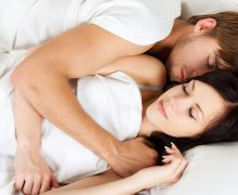 casal dormindo de conchinha