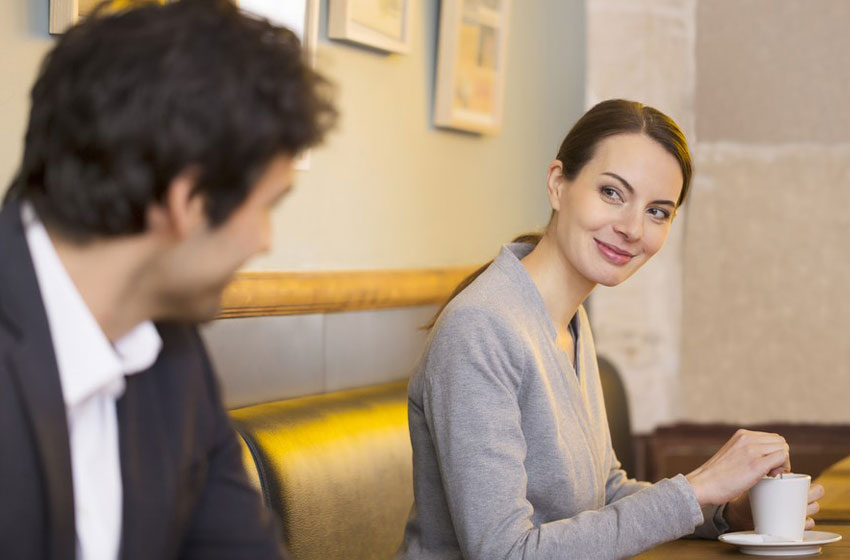 Como flertar com um colega de trabalho
