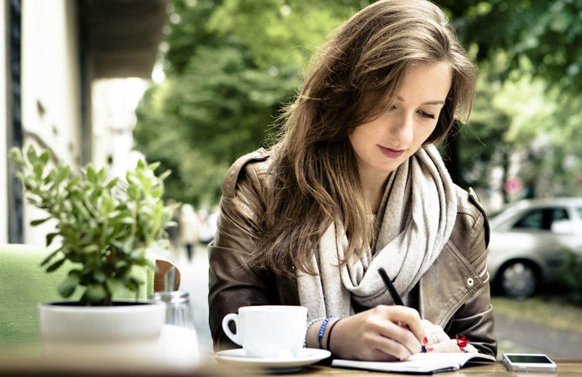 mulher tomando cafe