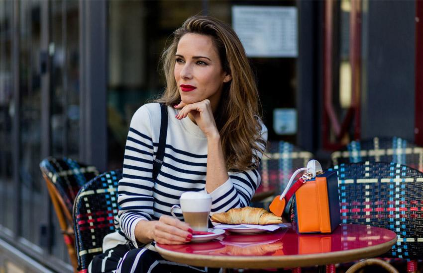 mulher no restaurante