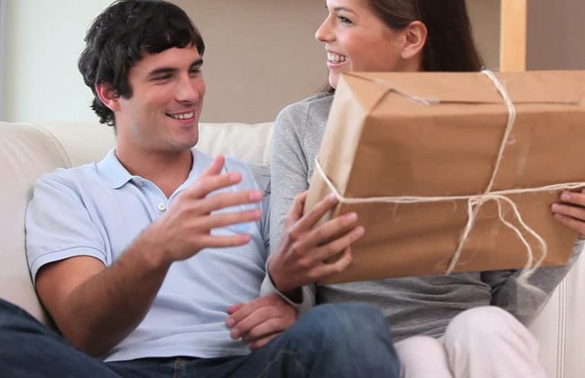 mulher dando presente pra homem