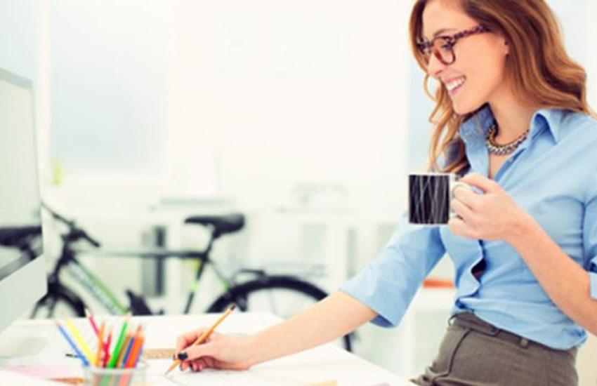 mulher no computador