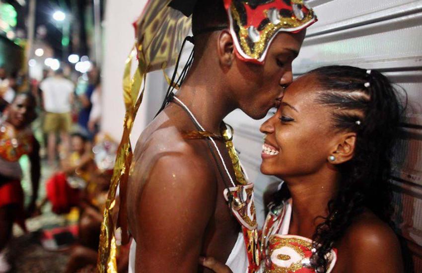 casal curtindo carnaval