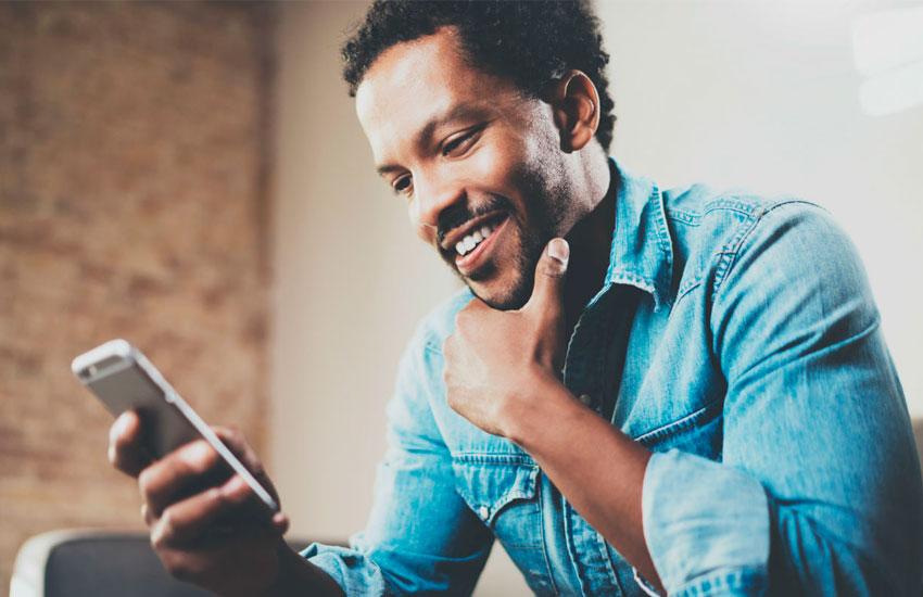 homem negro no celular